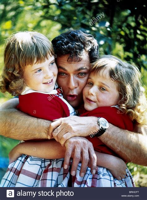 ALEXANDRA TONY CURTIS & ALLEGRA ACTOR WITH DAUGHTERS (1969